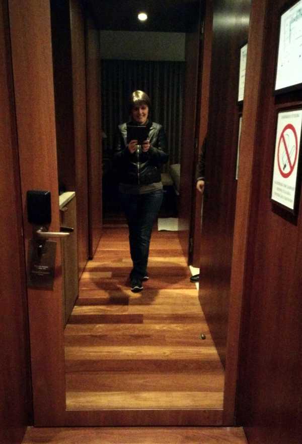 Naravno, ovako veliko ogledalo u sobi je šteta ne iskoristiti za selfie :)