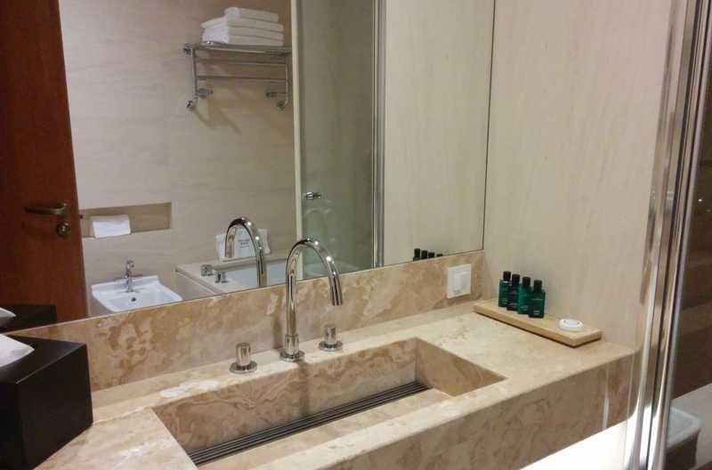 Umivaonik sa velikim ogledalom, sve u kamenu