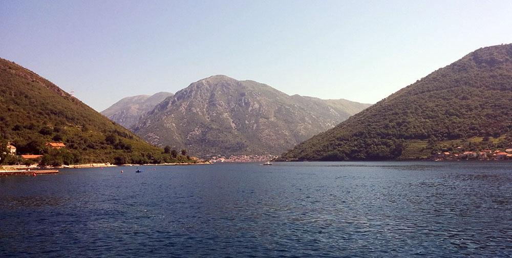Pogleda sa trajekta Kamenari - Lepetani (ili obrnuto)