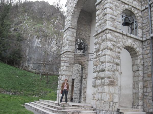 Hana ispred crkve