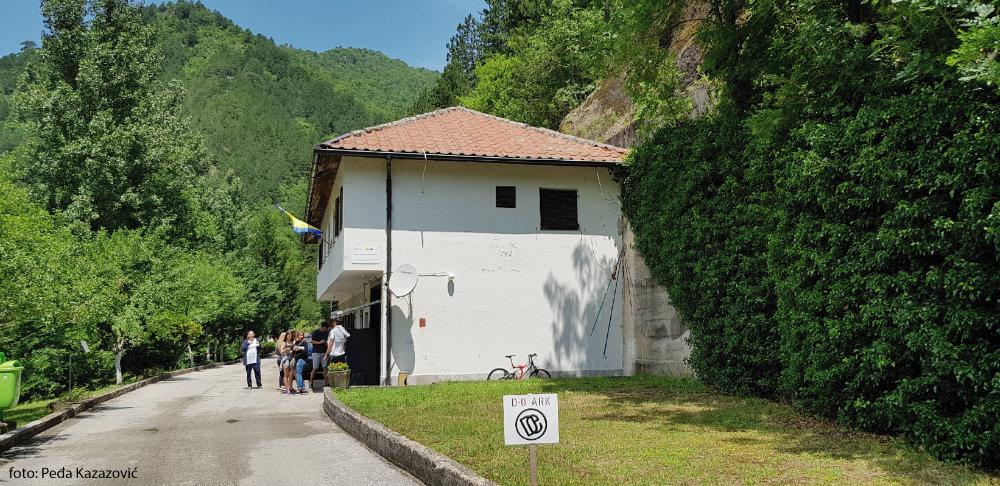 Kamuflažna kućica ispred D0-ARC - Titovog bunkera